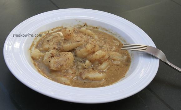 kluski łyżką kładzione z sosem grzybowym