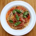 makaron z sosem ze świeżych pomidorów i bazylią