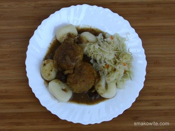 pulpecki soczewicowo-jaglane w sosie grzybowym z kluskami śląskimi