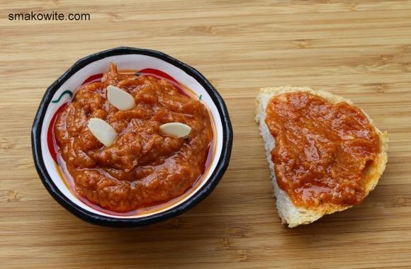 pasta z pieczonego czosnku i suszonych pomidorów