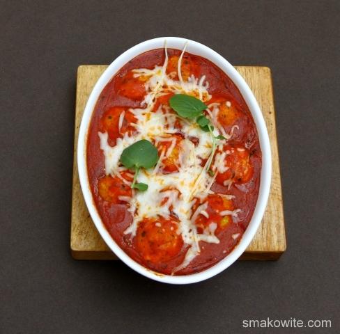 pulpety jaglane zapiekane w sosie pomidorowym