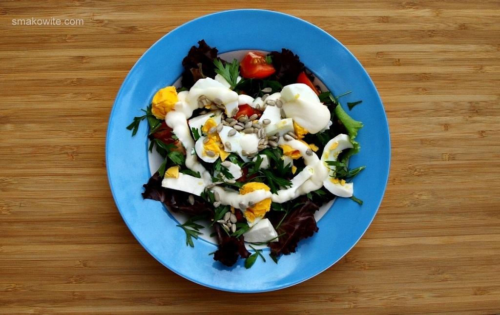 sałatka z jajkiem i pestkami słonecznika