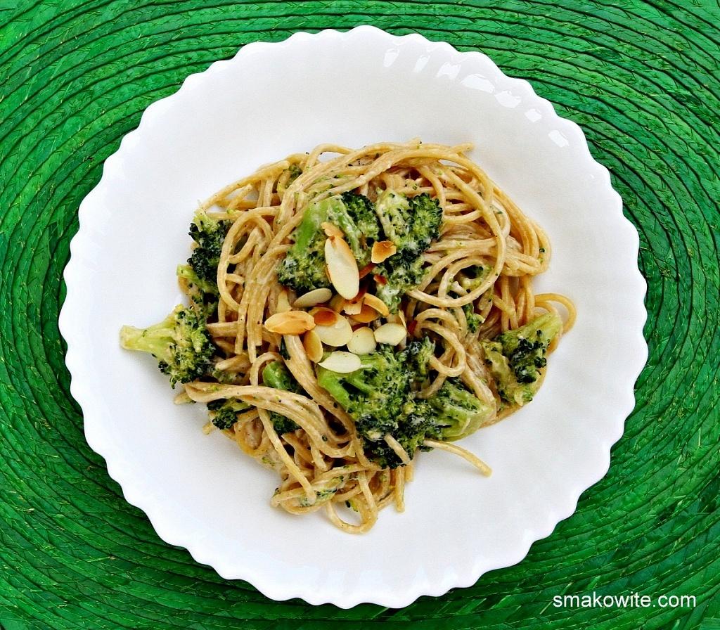 makaron z brokułami i płatkami migdałowymi w sosie serowym