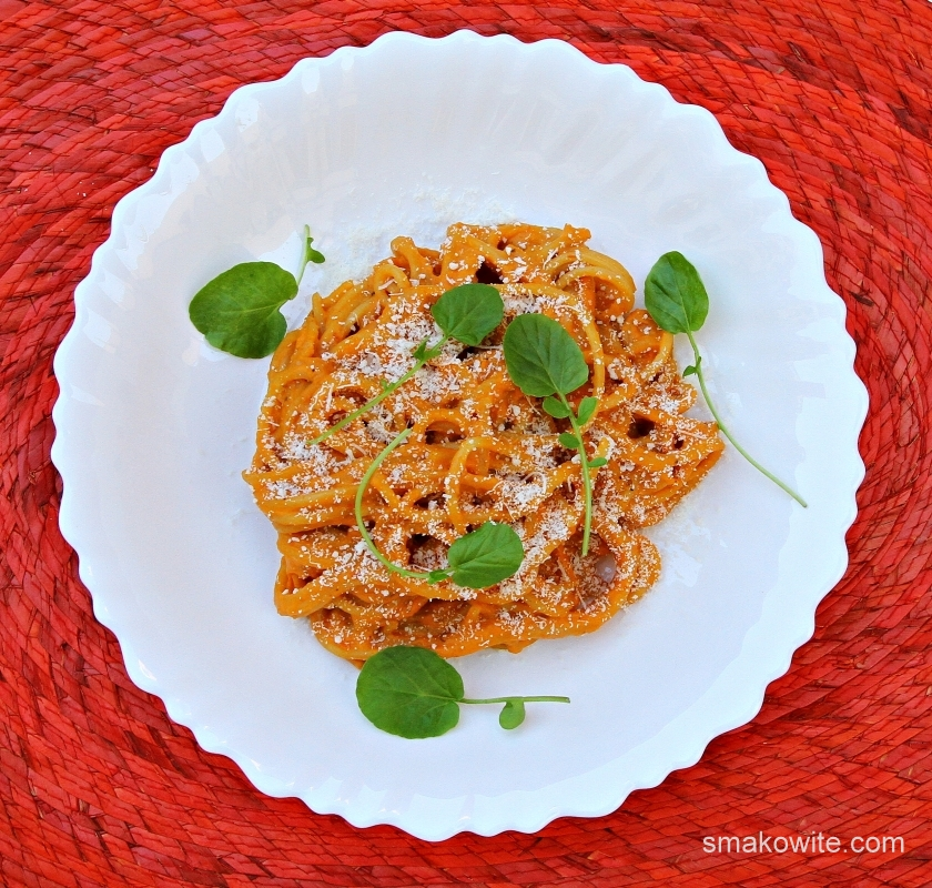 makaron z sosem dyniowym z pomidorami suszonymi