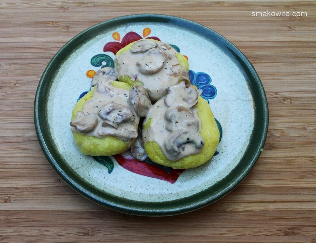 kluski śląskie z kaszy jaglanej z sosem pieczarkowym z mascarpone