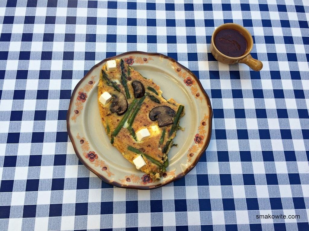 omlet ze szparagami i pieczarkami