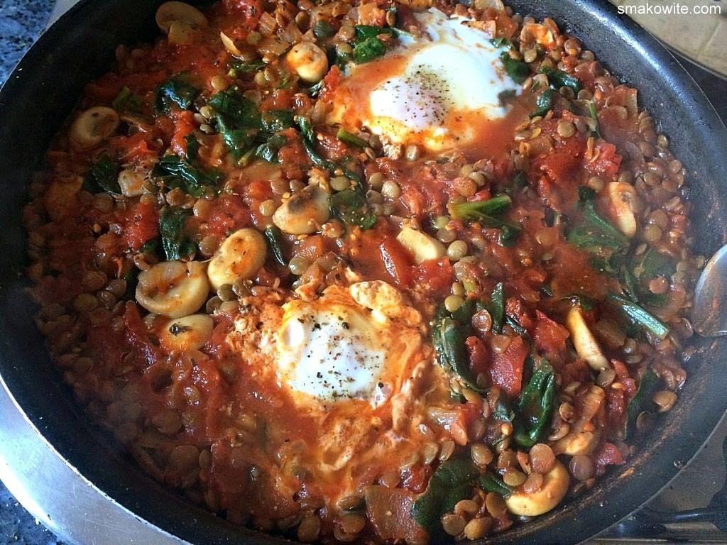 soczewica z pomidorami, szpinakiem i jajkami